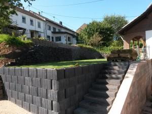 Stützmauer und Betonfertigtreppe