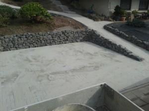 Parkplatz mit Trockenmauer